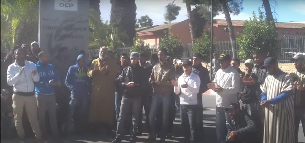 mobilisation des jeunes en situation de chomage devant le siége local d'El Youssoufia